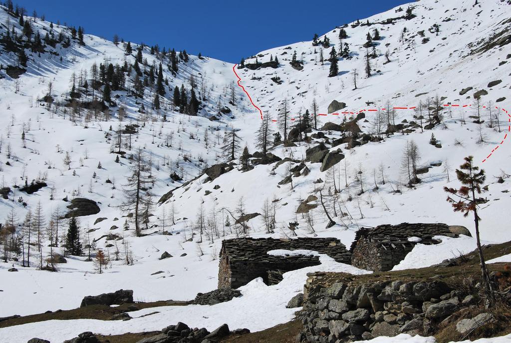 Gli Alpeggi di  Faveroy e in rosso la traccia per il colle