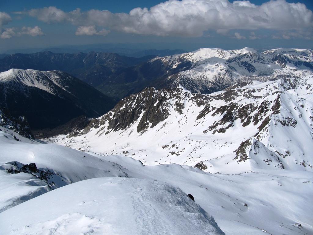 vista del vallone di Erps dalla vetta del Ghigliè (si vede bene la serra della Guardia da cui si cala prima di risalire il vallone)