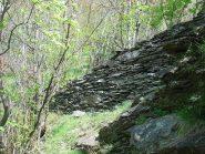 muro a secco sul sentiero di discesa