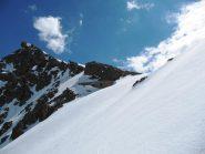 Mentre scendevo (su neve fantastica) uno sguardo al Bivacco ed al Colle della Lausa