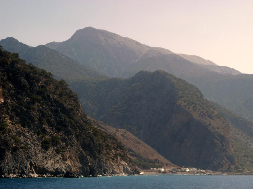 Aghia Roumeli e la foce della Gola di Samarià. Sullo sfondo i 2140 metri dello ZaranoKefala.