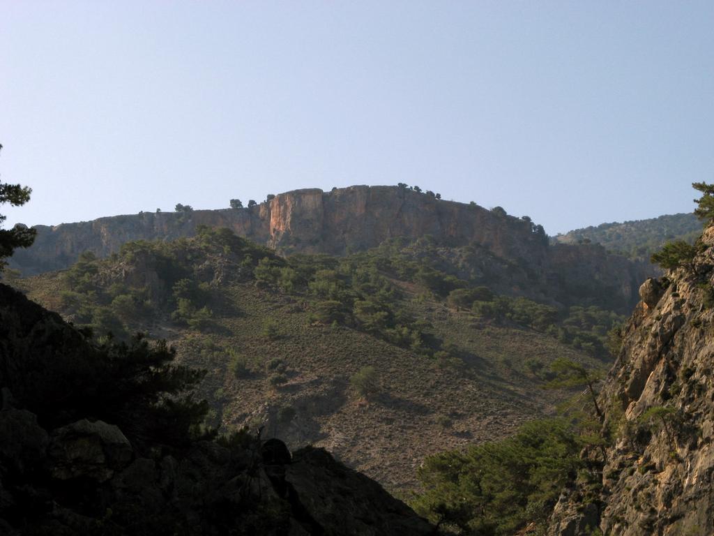 Contrafforti di arenaria sopra la Gola di Tripitì.
