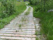 La strada che porta a Ruvinin fatta con le traversine dei binari ferroviari