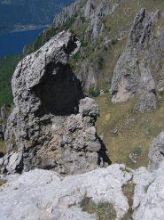 Cordate impegnate con la calata in doppia dalla cima del Fungo