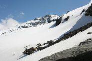 ghiacciaio ancora coperto di neve