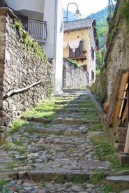La partenza a Fontainemore del sentiero n.2, la vecchia strada per Oropa