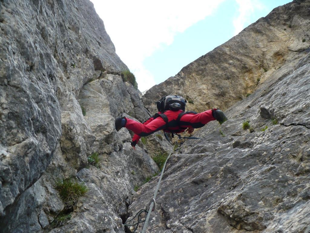 Lorenzo in un elegante arrampicata di opposizione