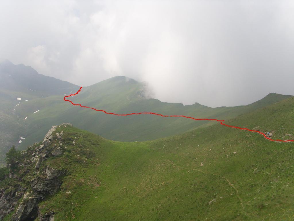 04 - si sale dolcemente su sentiero tracciato poco sotto la cresta erbosa