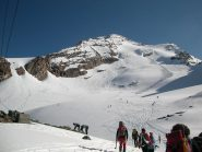 Orde di sciatori e alpinisti alla partenza...