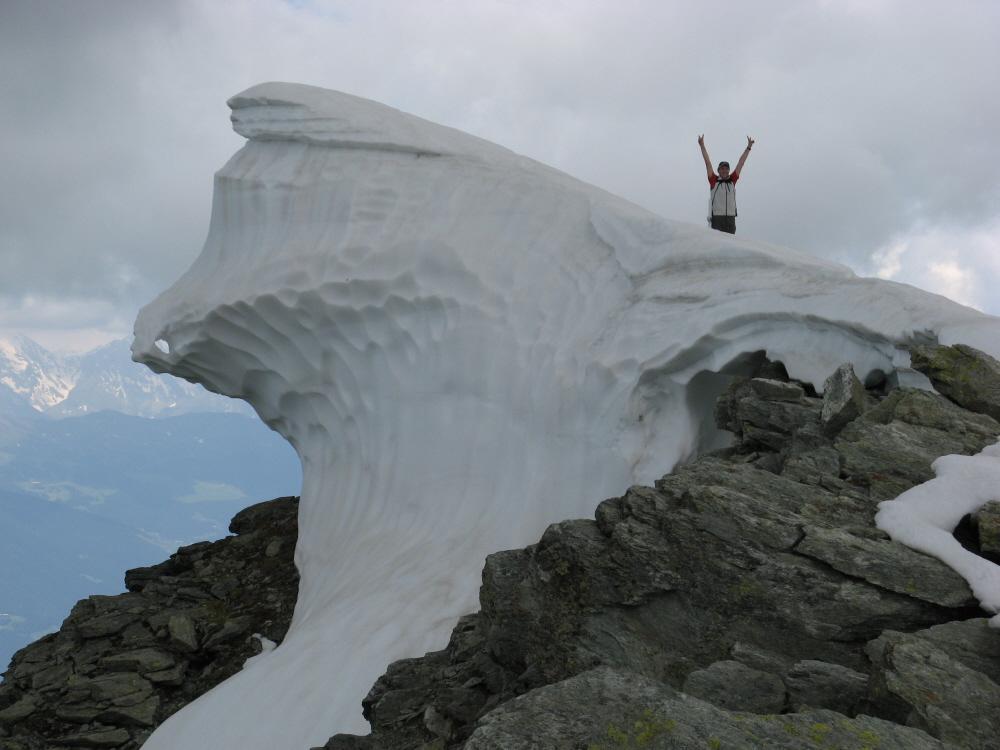 La spettacolare cornice di neve sulla vetta