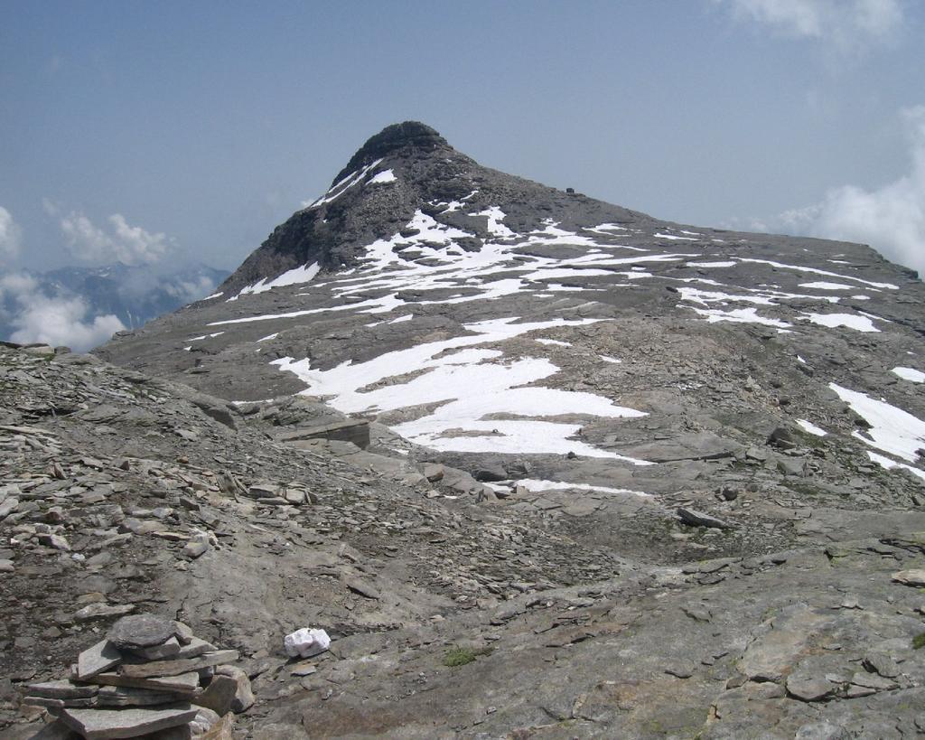 Il bellissimo Pian Cistella, con Il bivacco G.Leoni e il Monte Cistella sullo sfondo