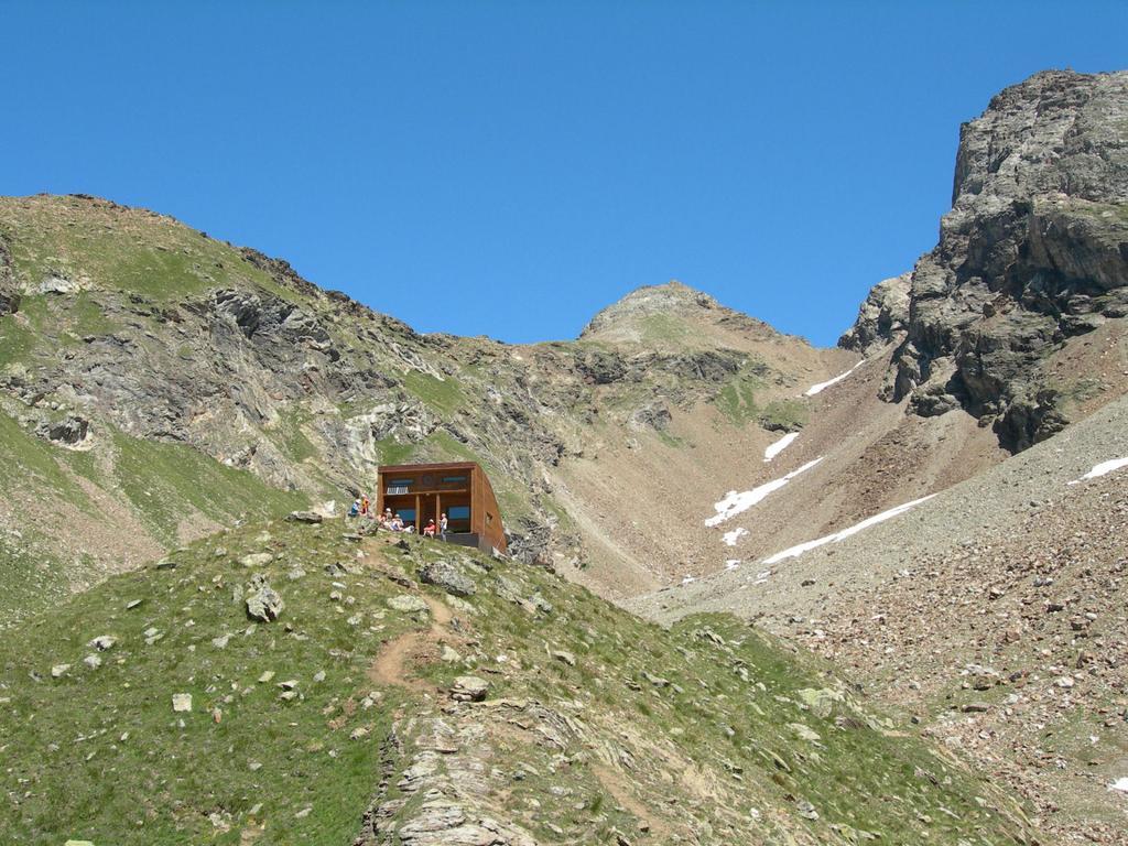 Il bivacco con sullo sfondo il mont Dzalou