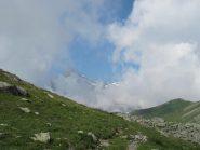 Appare il Rocciamelone fra le nuvole