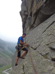 block65 sul traverso mentre assicura il chiodo alla roccia