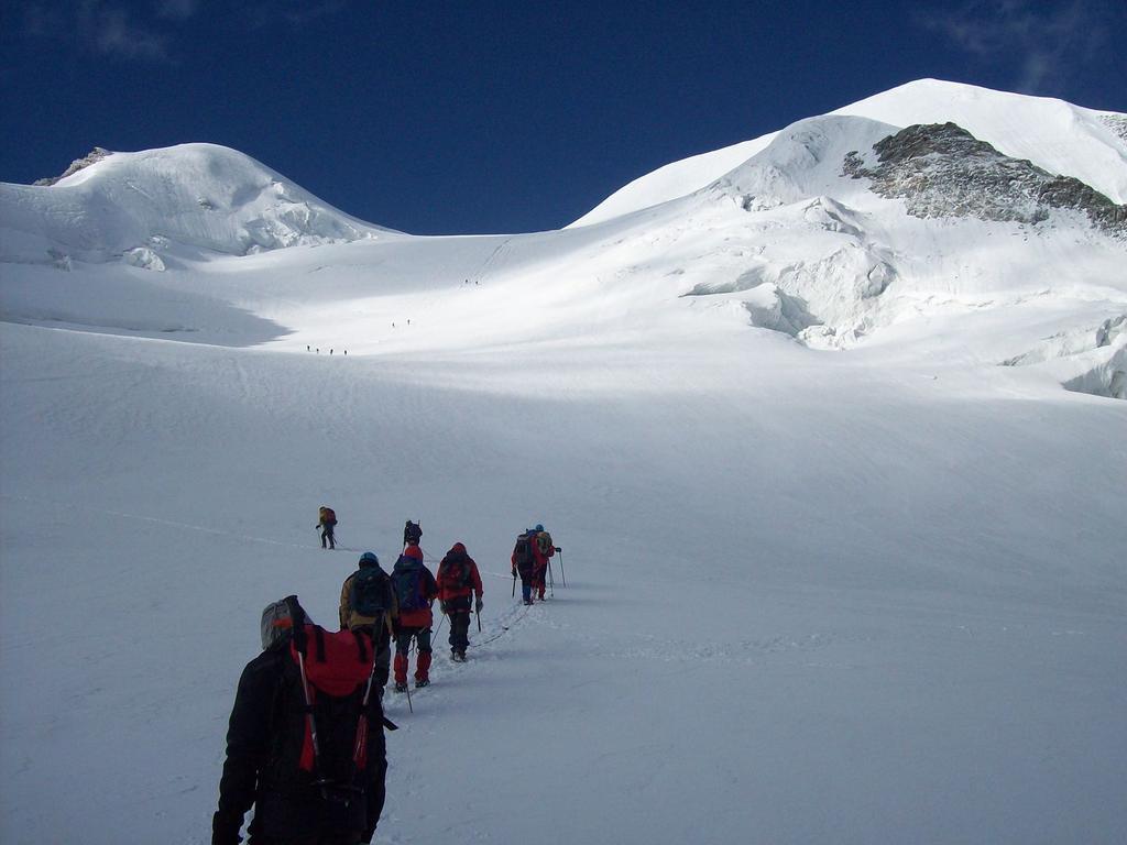 il gruppone sale verso la parte alta del ghiacciaio (25-7-2010)