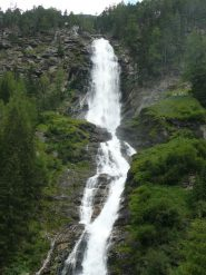 la cascata alla cui sx passa la parte finale della ferrata