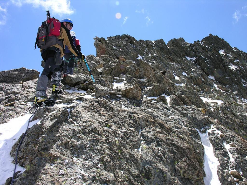 salendo lungo la parte alta della cresta NO al Baus (3-6-2006)