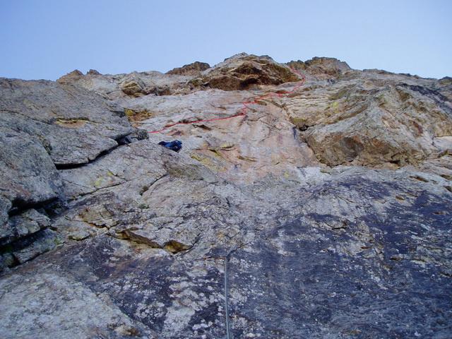 Io in cima a L1 (salito da Troubar Clair), sopra di me la fessura di L2 e L3 che esce a destra del tetto..