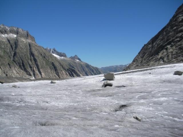 Sul Finsteraargletscher.. al fondo sopra la barriera rocciosa e' la Lauteraarhutte.