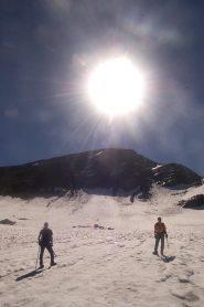 al ritorno, sul ghiacciaio, con lo sfondo della punta