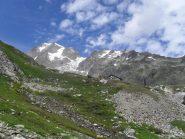 il rifugio Elisabetta ,sullo sfondo la Trelatete ed il Petit Mont Blanc