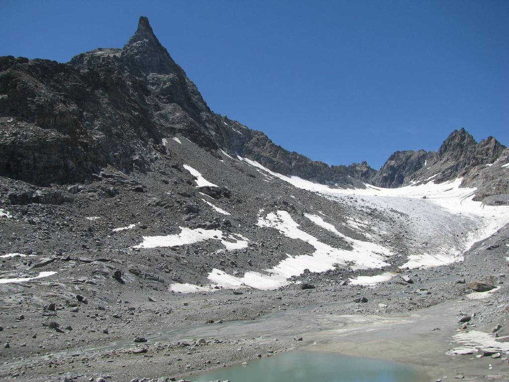 Conca glaciale di Ciardonei con l'ardita forma della Grande Uia
