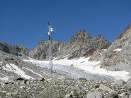 La stazione scentifica di rilevamento dati installata alla base del pianoro glaciale