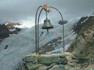 la campana di vetta con lo sfondo del ghiacciaio sotto il Castore