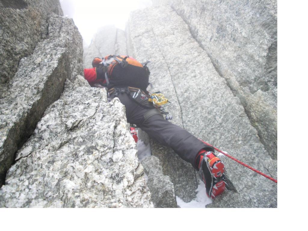 L'arrampicata e dura nella nebbia a 4000mt...