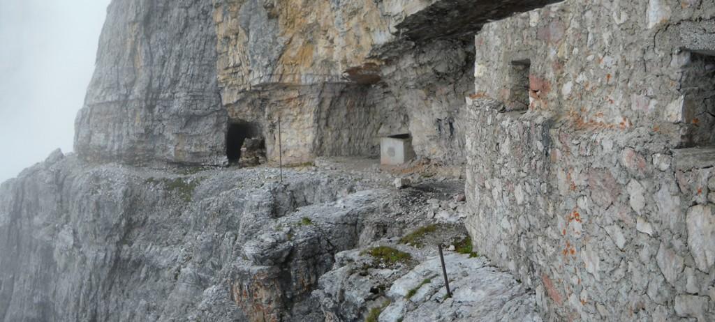 Le rovine del baraccamento del btg. Fenestrelle
