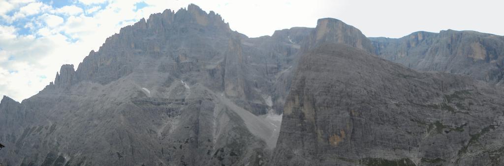 La parte intermedia della Strada degli Alpini sotto cima Undici, tratto su sentiero