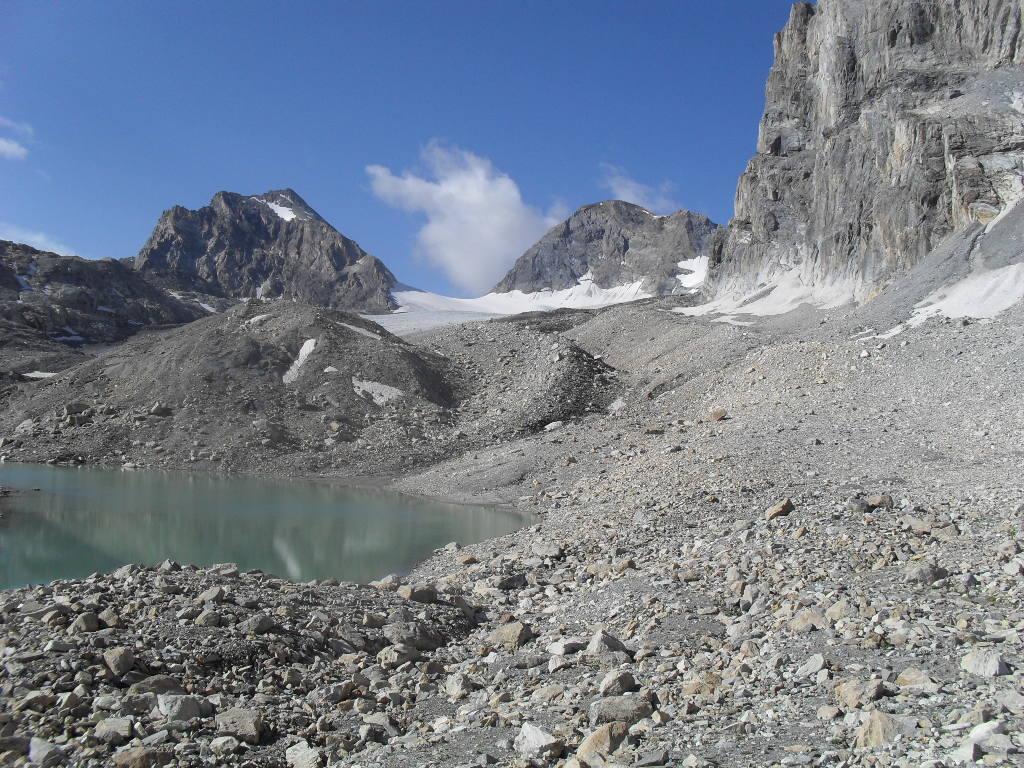 il lago Tzanteleina,dopo 2 ore  e trenta di cammino,al centro la Calabre
