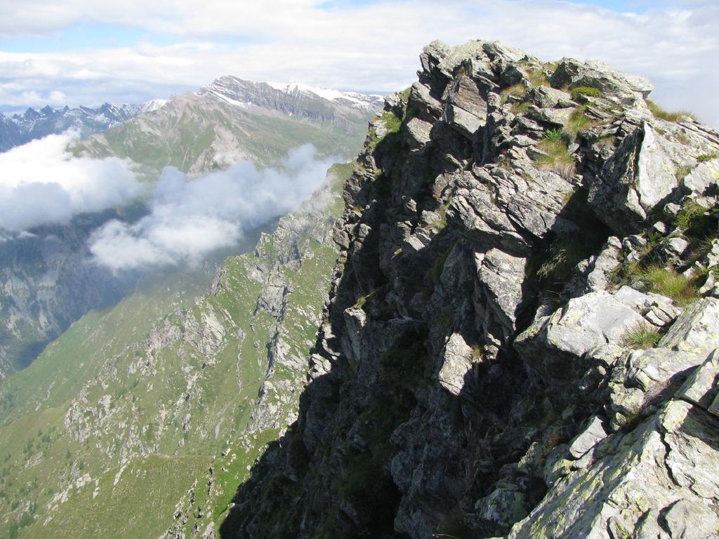 Il dirupato versante sud-ovest di Punta d'Arlens