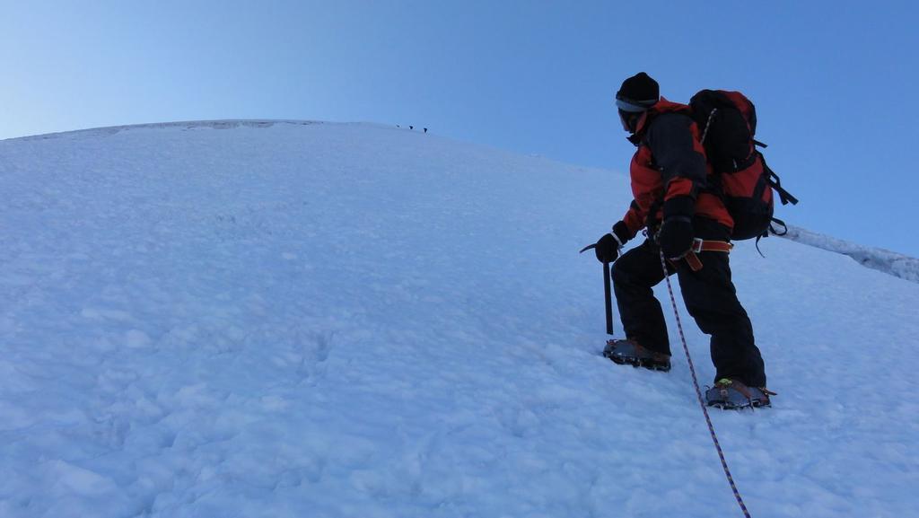 Leoncio nella parte alta della cresta NO, appena sopra la barriera dei penitentes (21-8-2010)