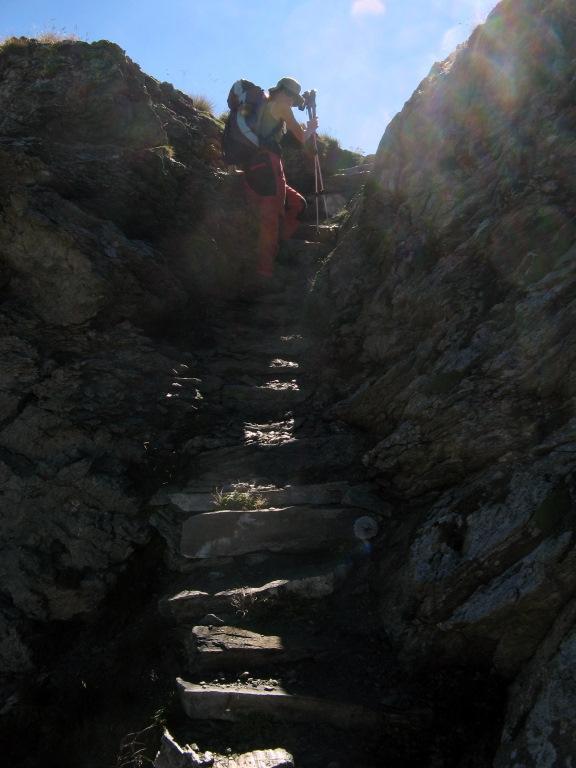 Sentiero 11D: scalinata fra due ali di roccia