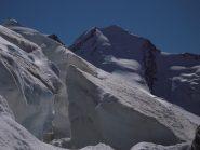 alpinisti sul tratto finale del Polluce (sx) e vista sul versante NO del Castore (dx)