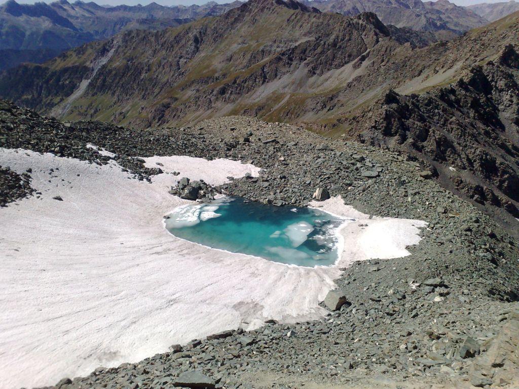 lago ancora ghiacciato
