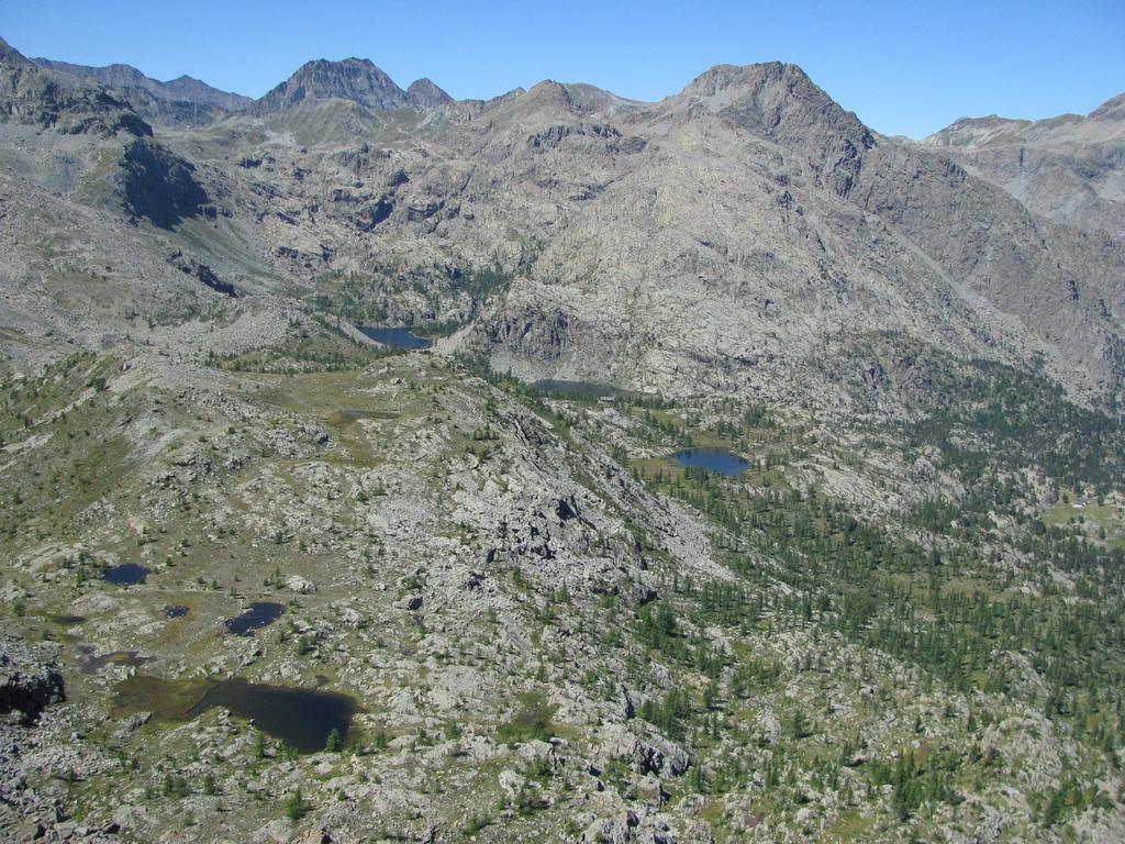 Dalla vetta, panorama sul Col de la Croix e dell'alto vallone dell'Avic