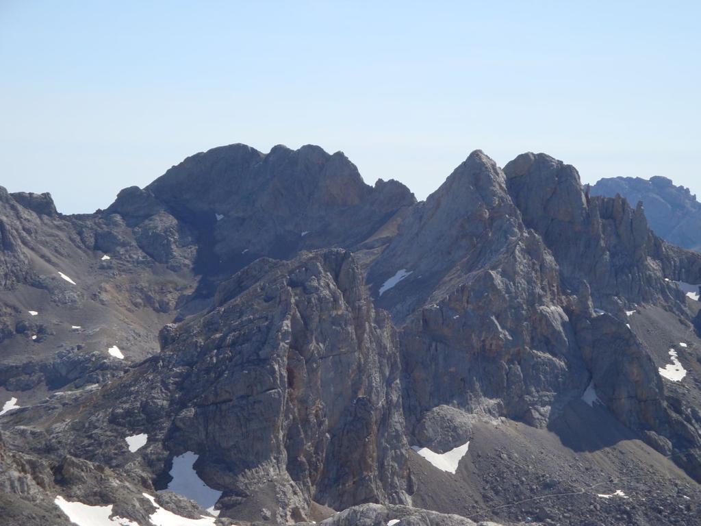 in primo piano la Torre de los Horcados Rojos;dietro a sx Tiros Navarro,a dx Pico de Santa Ana