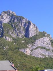 La ferrata al Pizzo d'Erna si sviluppa lungo questa cresta e queste placconate