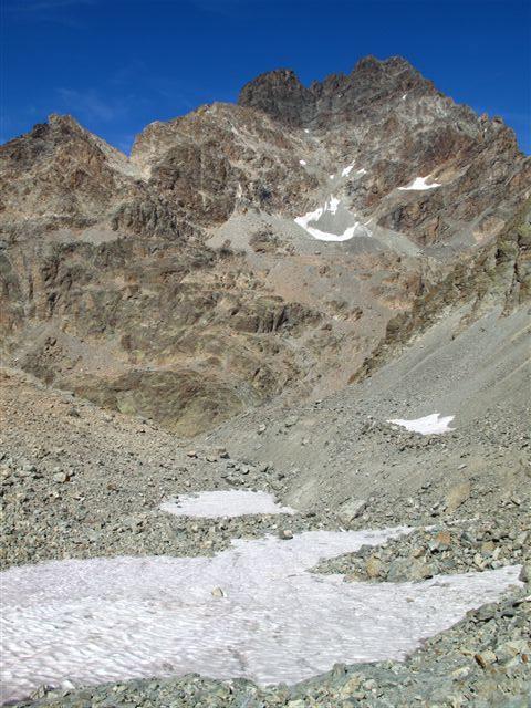 Il selvaggio vallone di salita con dietro l'imponente mole del Monviso