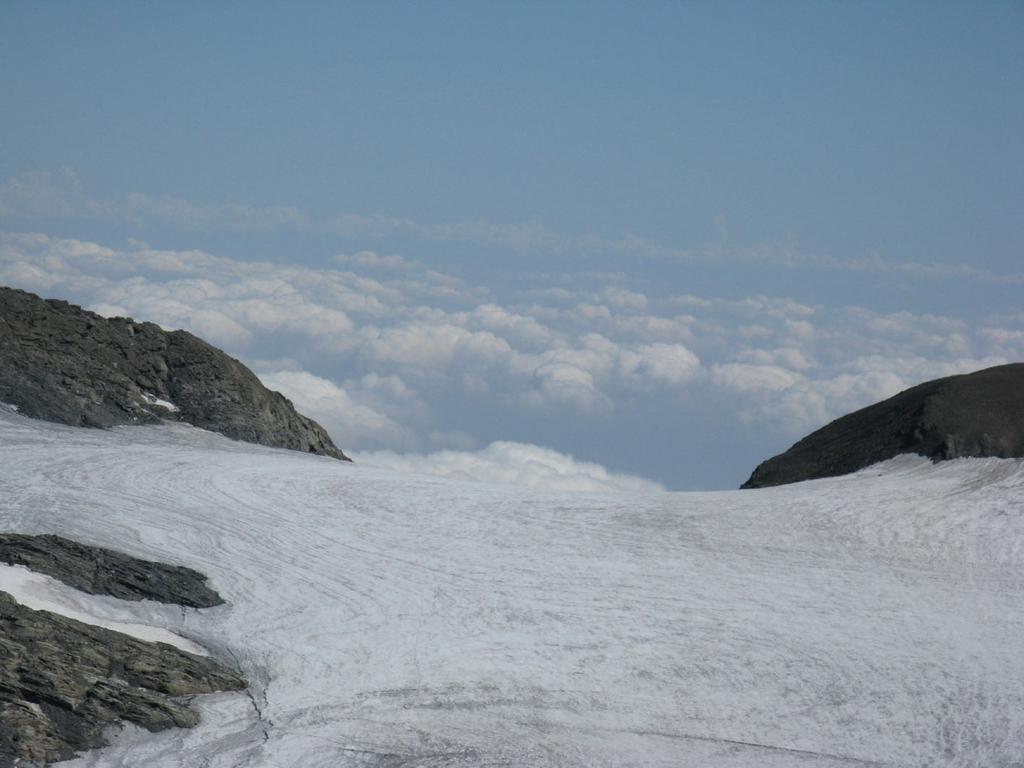 Il ghiacciaio del Rocciamelone si butta tra le nubi