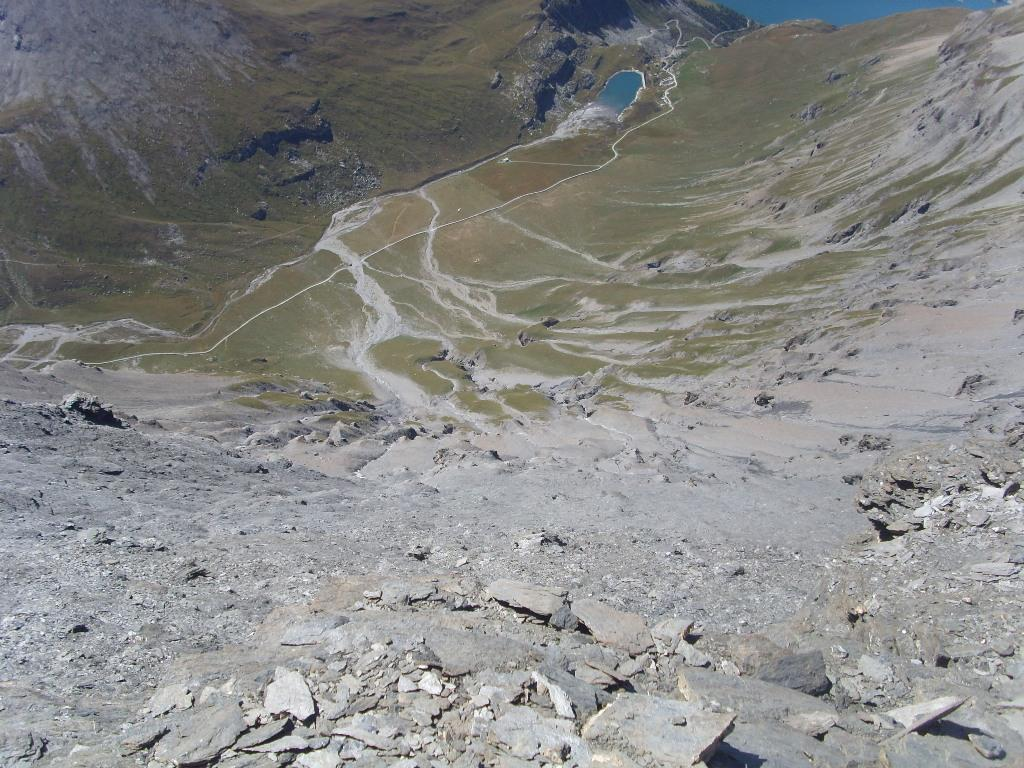 11 - dalla parete sud della G.Sassiere c'è un bel salto verticale fino al lago da dove si parte