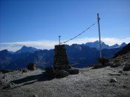 Il gendarme sul Col Bassac Déré con dietro l'Entrelor e il Taou Blanc, e sullo Sfondo Grivola e Gran Paradiso