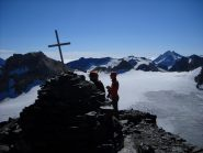La croce di vetta con sullo sfondo la Goletta e la Granta Parei, la cresta Basei-Galisia e in fondo le Levanne