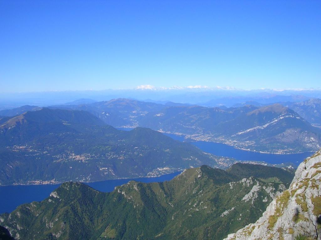 Sulla cima del Grignone guardando il lago di Como