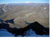 Il rif. Brunetta al passo Gavia dalla vetta con i massicci del Bernina e Disgrazia in lontananza...