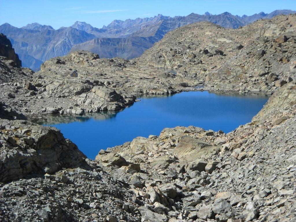 Il lago delle Forcioline con dietro il Boarelli e sullo sfondo la Val Varaita