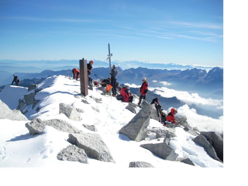 Folla in vetta...sullo sfondo delle Dolomiti