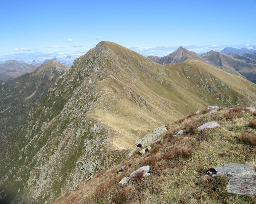 La vetta del Monte Stabbiello (m.2115) dalla Cima della Segonaia (m.2068)